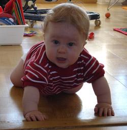 8 månaders baby kryper